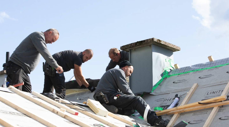 dachdecker von rastorfer bedachungen zu viert auf einem dach